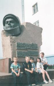 Учащиеся ЧВШ им. П.М. Миронова у бюста космонавту А.Г. Николаеву в г. Чебоксары.